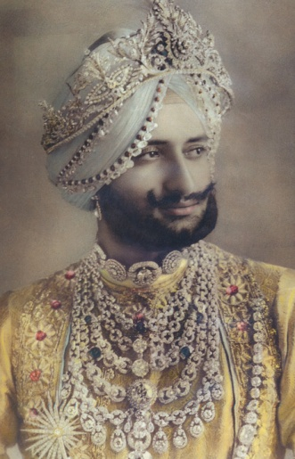 Sir Digvijaysinhji, Maharaja Jam Saheb of Nawanagar in 1935 wearing the emerald and diamond necklace created by Cartier London in 1926 for his uncle, Maharaja Jam Saheb Ranjitsinhji Vibhaji. Source: TheCultureConcept.com
