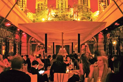 Hotel Costes courtyard. Source: lefigaro.fr. photo : DR.