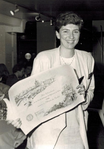 Patricia de Nicolai in 1989 with the prize for best international perfumer. Source: CaFleureBon